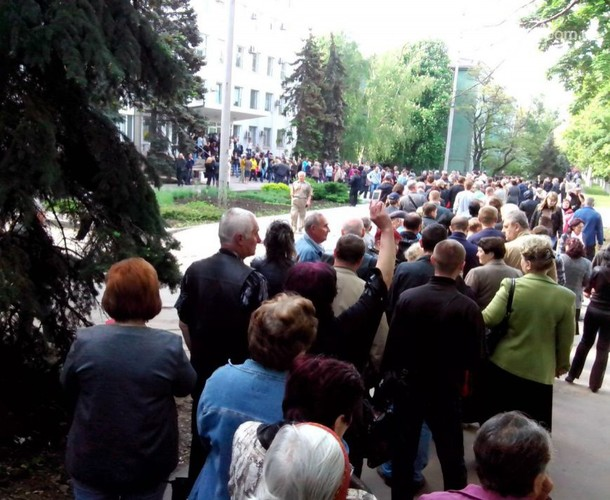 line up in Donetsk to vote in autonomy plebiscite on May 11, 2014