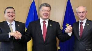 President Petro Poroshenko with European Commission President Jose Manuel Barroso (L) and European Council President Herman Van Rompuy (R) at the EU Council in Brussels, June 27, 2014