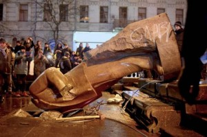 Pro-Europe protesters topple a statue of Vladimir Lenin in Kyiv Dec. 2013, photo by Reuters