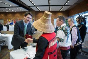 Prime Minister Trudeau thanks elders assembled for the First Ministers meeting with First Nations, Inuit and Metis leaders in Vancouver. March 2, 2016. /// Le premier ministre Trudeau remercie les aînés assemblés à l'occasion de la rencontre des premiers ministres avec les dirigeants des Premières Nations, des Inuits et des Métis, à Vancouver. 2 mars 2016.